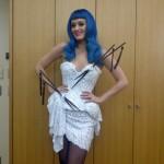 Katy Perry usa roupa inspirada na cultura japonesa
